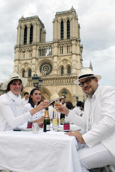 """法国巴黎圣母院前的广场,14日晚间上演了一场""""白色晚宴""""快闪活动。 (AFP)"""