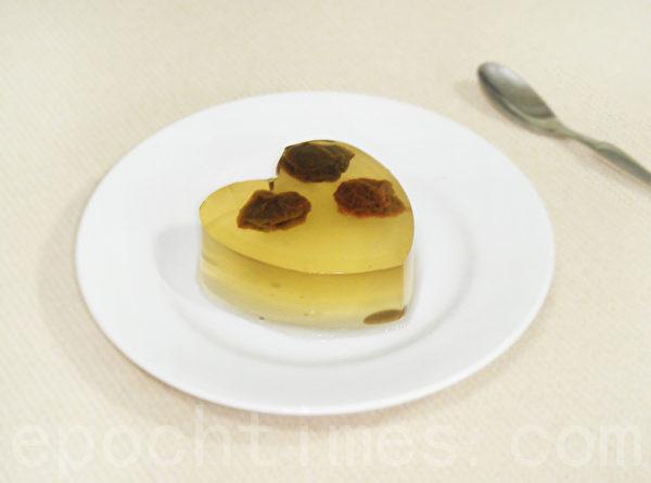 酸酸甜甜的水晶梅子冻吃起来Q软滑口。(摄影:林秀霞 / 大纪元)