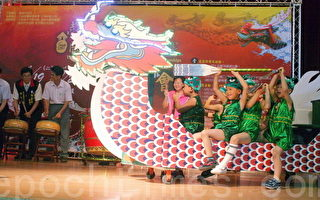 娃娃庆端午开幕活动,在来宾击鼓声中,由精心设计的娃娃陆上行舟开场。(摄影:赖友容/大纪元)