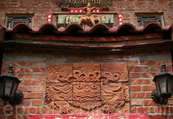 砖刻的剑狮(摄影:赖友容/大纪元)