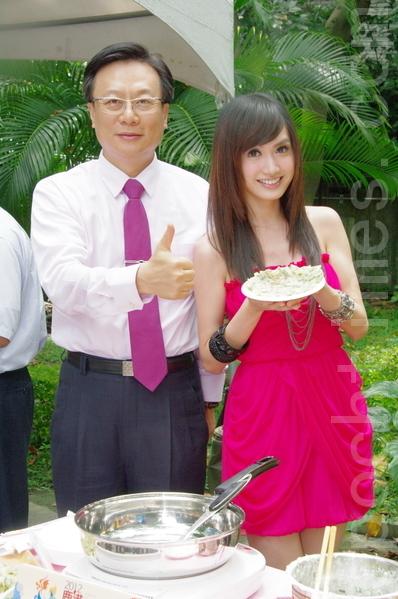 翁滋蔓现场与彰化县长卓伯源(左)比赛做彰化传统小吃。(摄影:黄宗茂/大纪元)