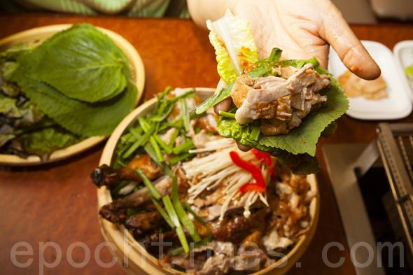 外酥内嫩、熏味浓郁、美味飘香、不油不腻的秘制熏味烤鸭。(摄影:爱德华/大纪元)