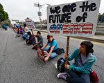 抗议严厉移民法的美国年轻移民(by Kevork Djansezian/Getty Images)