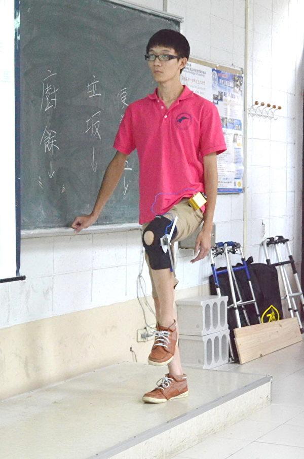 南開科技大學同學示範復健步行訓練裝置(攝影:陳建霖/大紀元)