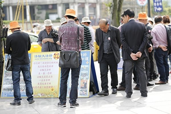 台北101大楼大陆旅客伫足观看(摄影:Ke Ren /大纪元)