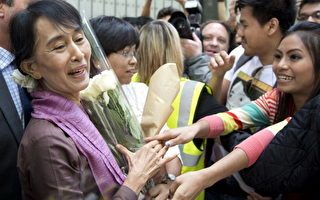 昂山素姬在离开伦敦政经学院的时候受到人们的热情欢送。(Photo credit should read MIGUEL MEDINA/AFP/GettyImages)