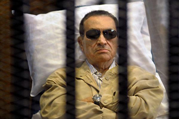 6月19日晚,穆巴拉克突發中風並心臟驟停,埃及中東社曾報導稱穆巴拉克已經「臨床死亡」的消息。2012年6月2日,埃及開羅,穆巴拉克出庭應訊。(STR/AFP PHOTO)