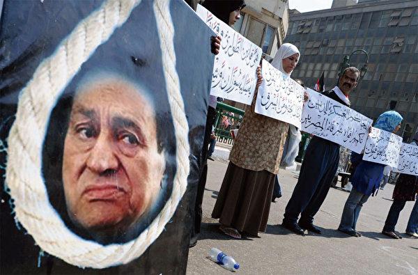 2011年9月16日埃及开罗数百名示威者展示图片,呼吁对穆巴拉克施以绞刑。(AFP)
