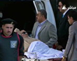 埃及前总统穆巴拉克2日由医护人员戒护下,出庭应讯。(AFP)