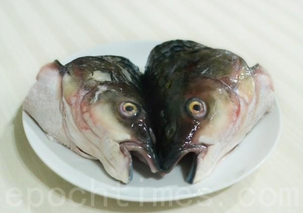 魚頭洗淨,切成兩半放在深盤裡,抹少許料酒和鹽。(攝影:彩霞/大紀元)