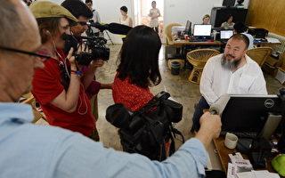 6月20日,发课案在北京朝阳法院开庭审理。艾未未遭到警方限制,不能前往法院听审。随后,许多外媒记者赶往艾未未家中采访。(MARK RALSTON/AFP/GettyImages)
