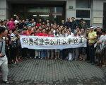 維權市民在黃浦區信訪打出橫幅聲援陳國貴(維權市民提供)
