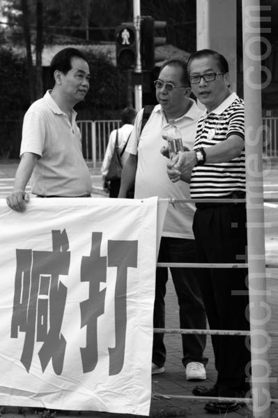 連日衝擊紅磡法輪功真相點的頭目、「香港青年關愛協會」副主席林國安(中)2012年6月21日也現身落馬洲。(攝影:潘在殊/大紀元)