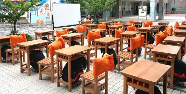 地震避难掩护演练--地震来临学童就地蹲下(摄影:徐乃义/大纪元)