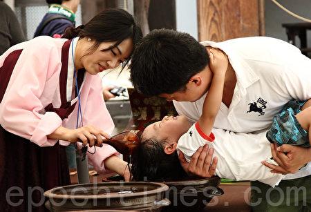 韓國端午節用菖蒲水洗頭,祈願健康。(攝影:全宇/大紀元)