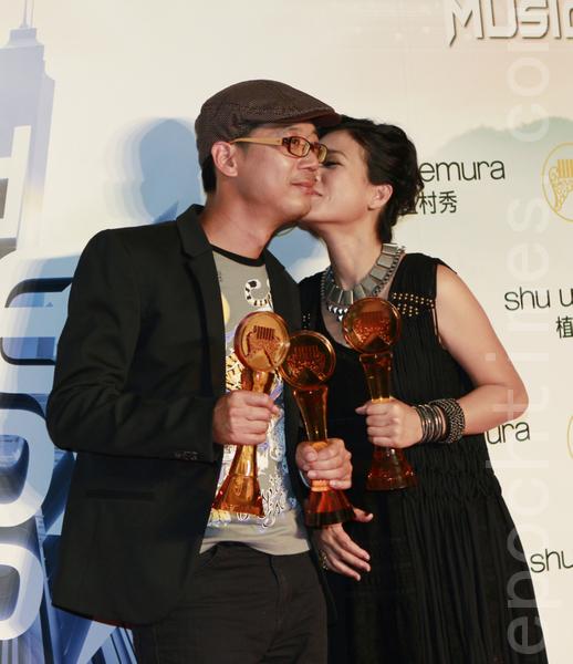 以莉‧高露拿下三大獎,開心地與老公分享,並忍不住親吻老公一下。(攝影:許基東/大紀元)