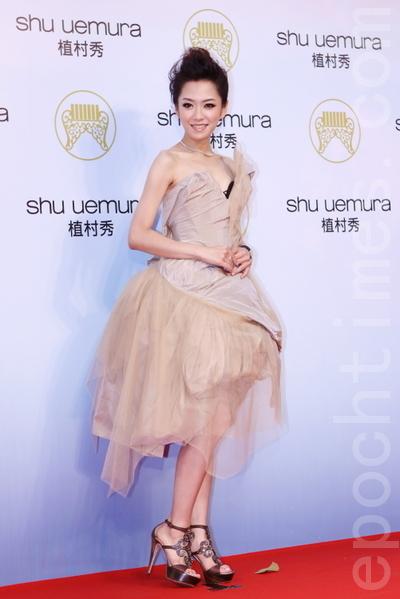 楊千霈現身,她穿著香檳金抓皺不規則蓬裙小禮服,搭配亮鑽細跟涼鞋,俏麗可人。(攝影:林伯東/大紀元)