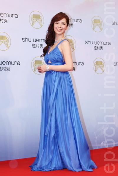 性感女神天心穿著寶藍色禮服降臨紅毯,美麗曲線展露無疑,艷壓群芳。(攝影:林伯東/大紀元)