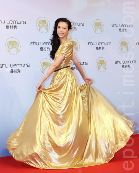 金曲歌后莫文蔚,一席閃亮金色禮服閃耀著幸福人妻的光芒。(攝影:林伯東/大紀元)