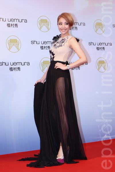 為金曲特地減肥5公斤的A-lin穿著MOISELLE單肩膚色紗拼接黑色禮服,優雅卻又帶出性格。(攝影:林伯東/大紀元)