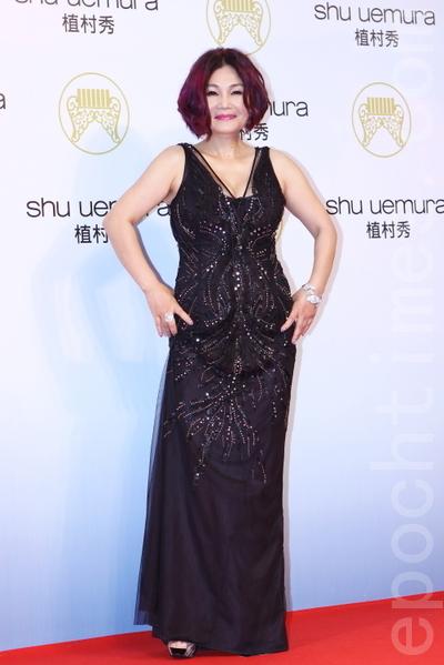 官靈芝穿著黑色亮片長紗禮服。(攝影:林伯東/大紀元)