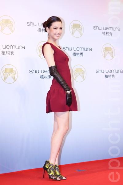 跨足戲劇圈的名模陳庭妮穿著miumiu深紅色寬肩洋裝,搭配長手套與亮片涼鞋,復古俏麗。(攝影:林伯東/大紀元)