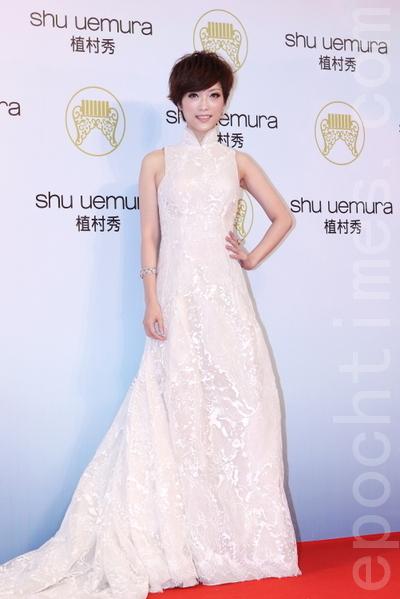 入圍台語女歌手的上海姑娘李婭紗,穿著白色高領旗袍,典雅又清靈脫俗。(攝影:林伯東/大紀元)