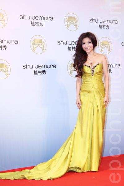李愛綺身著一襲芥茉黃禮服搭配大波浪捲髮,胸前的彩色水鑽鑲飾襯托出豐滿好身材。(攝影:林伯東/大紀元)