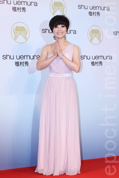 「惦惦甲三碗公 」的低調台語歌后詹雅雯穿著粉藕紫色單肩禮服,簡單雅緻。(攝影:林伯東/大紀元)
