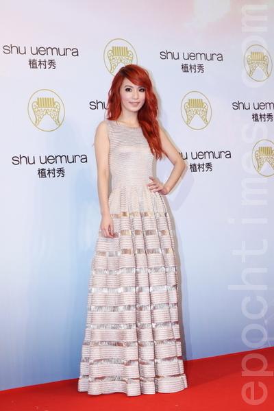 Hebe田馥甄穿著香檳色橫紋禮服,閃耀光芒又帶有女孩的可愛氣息。(攝影:林伯東/大紀元)