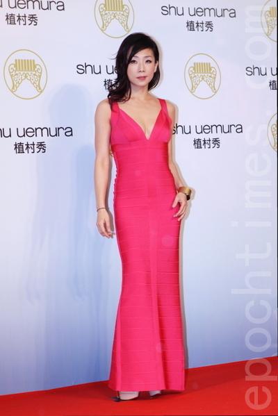Sandy林憶蓮以一雙丹鳳眼迷倒紅毯眾生,她穿著一襲貼身的極簡紅色禮服,展現婀娜多姿的迷人體態。(攝影:林伯東/大紀元)