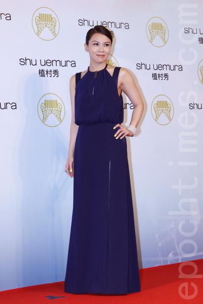 蔡健雅以深藍色繞頸禮服搭配簡單乾淨的馬尾,展現大方。(攝影:林伯東/大紀元)