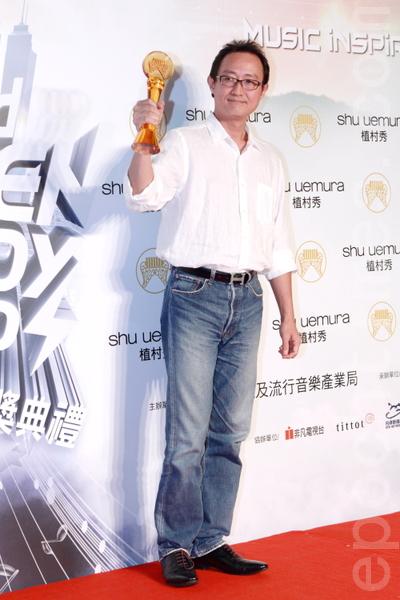 鍾興民獲頒最佳專輯獎/被遺忘的時光/果核有限公司(攝影:許基東/大紀元)