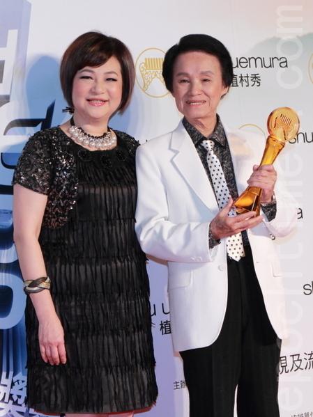 第23屆金曲獎的「特別貢獻獎」,頒給對台灣台語歌謠有重要貢獻的「國寶」歌王文夏(右)老師。(攝影:許基東/大紀元)