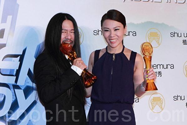 第23屆流行音樂金曲獎歌王歌后則分別由亂彈阿翔(左)和蔡健雅獲得。亂彈阿翔接過獎座,不可置信的驚呼:「這個獎座是真的嗎?」(攝影:許基東/大紀元)