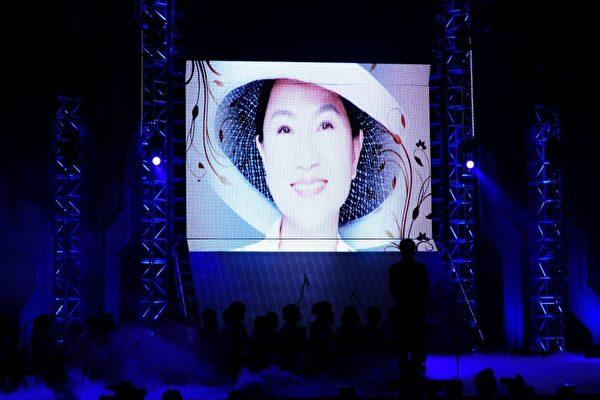 舞台上播放鳳鳳多張黑白年輕照片。(圖/台視提供)