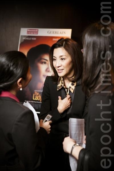 2012年4月10日,杨紫琼在纽约以英文接受大纪元记者采访,畅谈电影与人生观。(摄影:爱德华/大纪元)