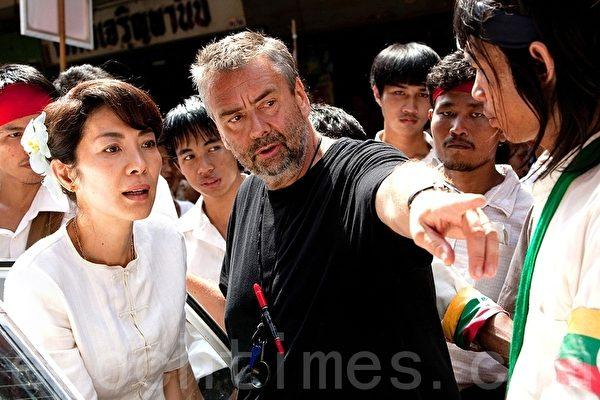 导演吕克•贝松(Luc Besson)与主演国际巨星杨紫琼在拍摄现场。(图片提供/Cohen Media Group)