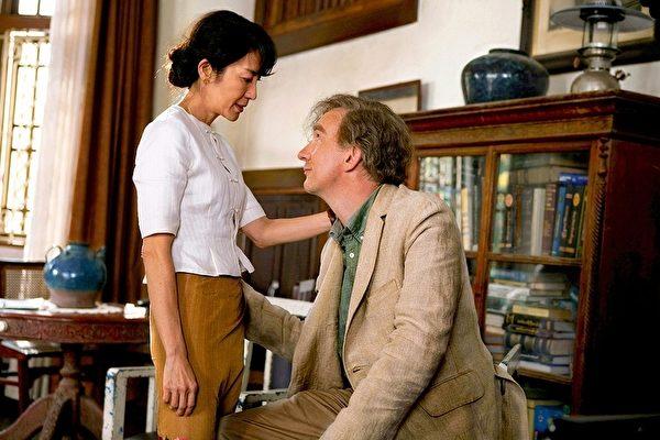 """杨紫琼认为《The Lady》(夫人)是一个爱的故事,""""它也是关于昂山素姬的丈夫和他的献身精神。当你爱一个人,你帮助他们成为他们自己,而不是变成你想让他们成为的那种人,这才是真正的爱,这是我们这个世界所需要的。""""图为剧照。(图片提供/Cohen Media Group)"""