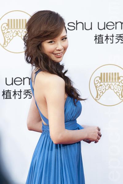 性感女神天心穿著寶藍色禮服降臨紅毯,美麗曲線展露無疑,艷壓群芳。(攝影:王仁駿/大紀元)