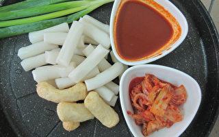 川桂韩式年糕可与韩式辣酱.鳕鱼条.泡菜合炒。(摄影:林宝云/大纪元)