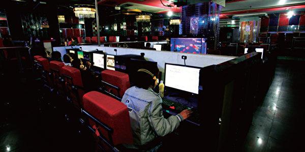 """某网路高管笑称,""""AV女优门""""这是迄今最昂贵的网路事件。有爆料指累计删贴费已达370亿元。图为中国上海一处网吧。(AFP)"""