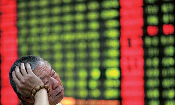 """2007年10月,中石油携""""亚洲最赚钱公司""""的美誉登陆A股市场,该股以16.70元发行,11月5日上市首日开盘价48.60元,此后便一路狂泻,如今大陆八成以上的股民被套牢。(AFP)"""
