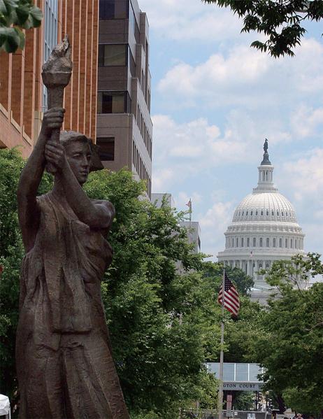 """""""共产主义受害者纪念碑""""位在华盛顿西北区麻塞诸塞大道和新泽西大道交叉口上。(AFP)"""