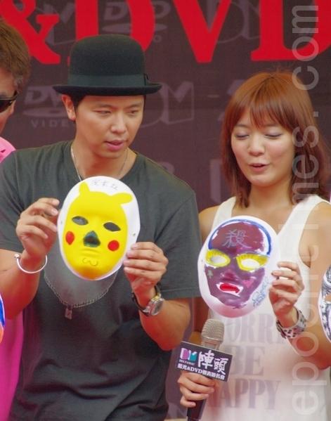 黄鸿升(左)等演员们当天还亲自手绘脸谱与现场影迷们同乐。(摄影:黄宗茂/大纪元)