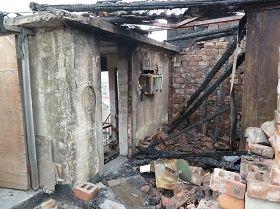 紧邻的房东简易房房顶烧毁的几根梁柱残骸(图:明慧网)