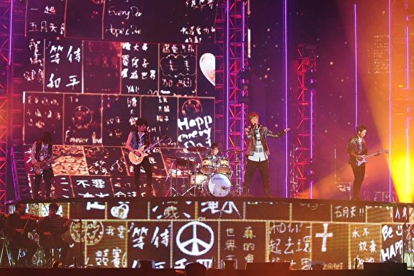五月天在金曲獎表演《2012諾亞方舟》。(圖/台視提供)