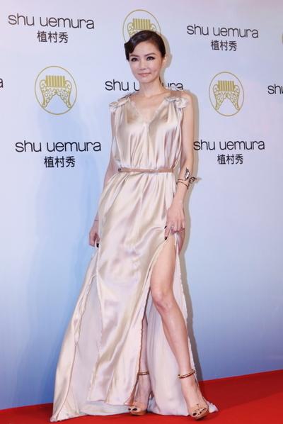 台語電音天后謝金燕穿著銀色禮服,閃耀銀河般的迷濛光芒。」(攝影:林伯東/大紀元)