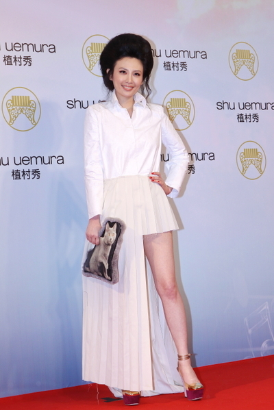 魏如萱穿著白色百褶襯衫長禮服,搭配貓咪超大手拿包,個性十足。(攝影:林伯東/大紀元)