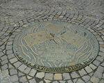"""铜像上的文字说明: 1933年5月10日纳粹大学生在这个广场焚烧了有关文化科学新闻哲学的书籍。铜像的边缘刻有德国著名作家海涅的警世名言:""""当一个政权开始烧书的时候,若不加以阻止,它的下一步就要烧人。""""(大纪元)"""